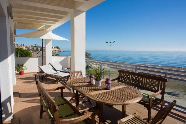 Apartmány přímo na pláži. Jsme 12 km od Malagy. Až 2 děti do 6 let pobyt zdarma